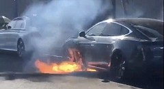Tesla Model S Auto-Catches Fire As Faulty Battery Pack Cited As the Reason