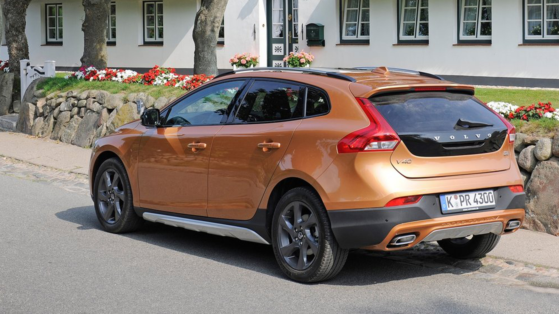 volvo v40 cross country petrol set up in india. Black Bedroom Furniture Sets. Home Design Ideas