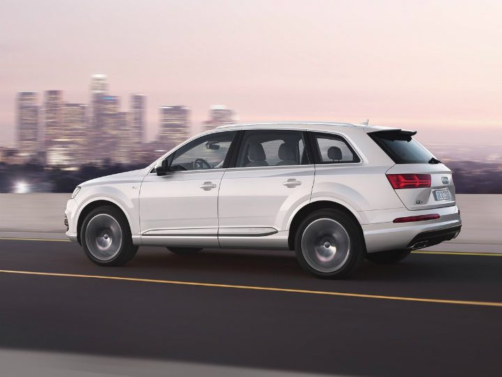 Audi Q7 40 TFSI (Petrol) side profile
