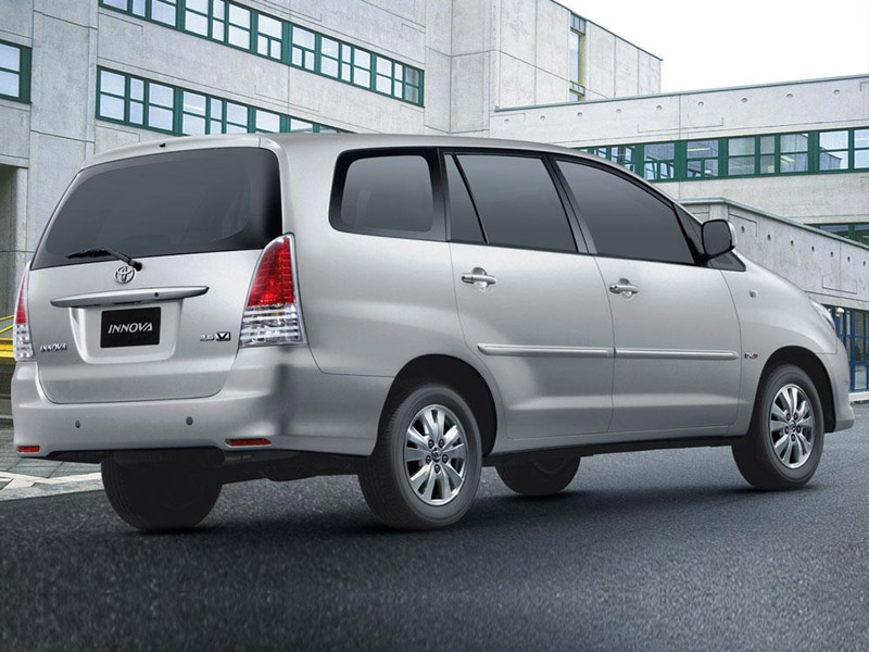 Toyota innova chrome 2 5 gx diesel 8 seater price india for Innova interior 8 seater