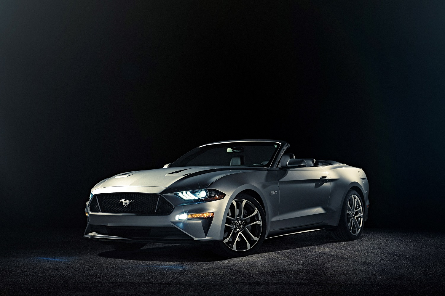 ford unveils 2018 mustang convertible. Black Bedroom Furniture Sets. Home Design Ideas